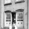 M. et Mme Larbalestrier-Leloux (à gauche et au centre), responsable du dispensaire de la Croix-Rouge et de la ligue nationale belge contre la tuberculose à Nivelles