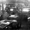 """Avant 1898 - Intérieur de l'imprimerie Guignardé où sont imprimés """"La Gazette de Nivelles"""", """"Le Travailleur"""" et """"Le Conservateur"""""""