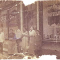 Vers 1920 - Café démoli pour faire place à l'extension du palais de Justice. 3e à gauche : Gaston Gilles (collection famille Gille)