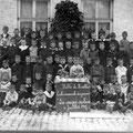 6 juillet 1917 - La couque scolaire - L'école communale des garçons se situait, en 1917, dans la rue Seutin antérieurement dénommée rue de l'Ecole.