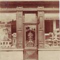 Au numéro 30, coiffeur Camille Maenhaut. La croix de Bourgogne, au-dessus de la porte d'entrée, est tojours intégrée aux bâtiments actuels