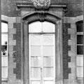 Porte de l'ancienne Justice de Paix, dépendance de l'ancien hôtel de ville, surmontée des armoiries de l'abbesse de Berloo