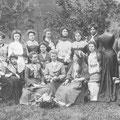 1904 - Ecole de coupe de Nivelles dirigée par Mlles Pardonche à l'ouvroir sur la Grand-PLace