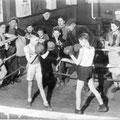 """Novembre 1942 - Salle d'entraînement du Boxing club nivellois - Intérieur du """"Cheval blanc"""", rue de Mons"""