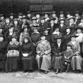 Groupe de dames d'œuvres (voir ci-dessous)