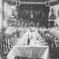 La salle du Patronage rue du Wichet. Les tables sont prêtes pour fêter le jubilé de l'abbé Delvaux en 1921