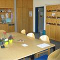 Der große Konferenztisch im Lehrerzimmer