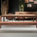 Speisezimmer – Tisch und lehnenlose Sitzbank in Nussbaum