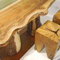 Tischplatte mit unregelmäßiger Naturkante, eckige Hocker mit Sprüngen