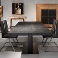 schwarzer Esstisch mit Baumkante, schwarze Freischwinger-Stühle