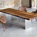Baumkantentisch und Stühle Pinnar in braunem Leder