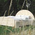 """""""Halbmondbett"""" aus Zirbenholz mit Kopfteil in Halbkreisform und sehr massiven Füßen"""