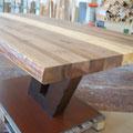 Ecke derCouchtisch aus zwei Stämmen und einer Stammscheibe mit Naturkante, eckige Hocker aus Stämmen Tischplatte aus Nussbaum
