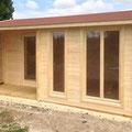 """Blockbohlenhaus """"Hampton"""": 520 x 370 cm mit Bitumenschindeleindeckung und innenliegender Terrasse"""
