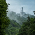Schaumbergturm im Abendnebel