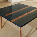 Tavolino da salotto INFORMALE: stucco,acrilici,strisce di rame,resina epossidica su piano in legno di recupero,tubi di rame,raccordi idraulici;pezzo unico, 2009;cm.70x70x40