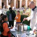 Entrega de sopa para niños de la calle en Chiapas