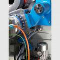 C-Achse einschwenkbar über einen hydraulischen Zylinder gegen festen Anschlag, separater Motor mit Getriebe, hochauflösendes Messsystem an der Hauptspindel.