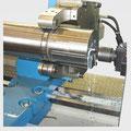 Selbstzentrierende hydraulische Lünette, angetriebene Werkzeuge beim Bohren eines Teilkreises auf der Stirnfläche.