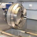 Standardausführung mit Schwalbenschwanzführung und direkter Wegmessung.  Aufrüstung SLZ-500E mit hydraulischer Hohlspanneinrichtung, Zugrohr, Hydraulik und Druckverstellung von vorne (Bedienerseite)  Unterschiedliche Spannmittel als Option, hier als pneum