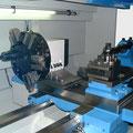 Parat 4-fach Halter vor der Drehmitte, Sauter 8-fach Scheibenrevolver VDI 40 hinter der Drehmitte montiert.