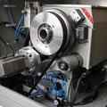 Sonderausführung: C-Achse über Zylinder einschwenkbar, Zahnradantrieb und separater Motor mit Getriebe, hochauflösender Drehgeber.