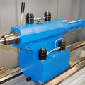 Hydraulischer Reitstock mit automatischer Bettklemmung und hydraulischen Pinolenvorschub.