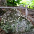 遺跡の名称の由来となった「尖石」。地元では信仰の対象。
