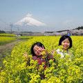 佳作 菜の花畑でイエイ! 永田光治さん