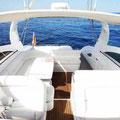 Embarcación dotada con toldo de sol