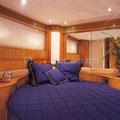 Camarote con acabados en madera y cama de matrimonio