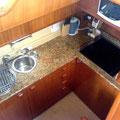 Completa cocina interior de la Ferretti 53