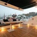 Terraza en cubierta techada, con cómodos asientos y mesas