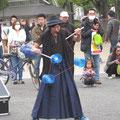 大同芸人が3個の駒をまわしてた。バルテュストの絵にも公園で少女が駒を高くまわしていたな。