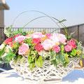 開店お祝い用の花かご。プリザーブドフラワーアレンジメントで製作しました。