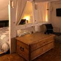 Bettwäsche, Bezüge und Decken in der 200 Jahre alten Truhe