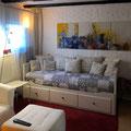 Ein Schlafsofa im unteren Wohnzimmer lässt sich bei Bedarf zum Doppelbett ausziehen