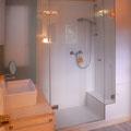 Das Bad mit Dusche und WC