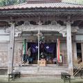 大王寺本堂(正面) 木鼻に阿吽の獅子、梁の蟇股には雲。ここから見えないが柱と屋根の間に鯉と流水がある。