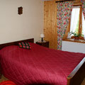 La chambre attenante au séjour, avec un lit double
