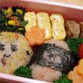 2011.3.31 5年生最後のお弁当なのに冷凍食品頼りでゴメンね。おにぎりは雑穀ごはん。