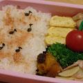 2011.4.5 ジャガイモとベーコンのソテー。おにぎりじゃない日は詰めやすい。