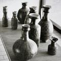 Verschiedene Keramiken in einer Ausstellung im Dithmarscher Landesmuseum.