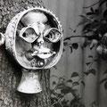 """Einzelstück, """"DER SEHER"""", braune Engobe Sintertechnik. Dieses Objekt hing im Garten am alten Birnbaum gegenüber der Töpferei. Sein Blick verfolgte jeden, der an ihm vorbeiging."""