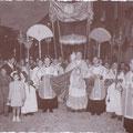 """Anni '40 La processione del Sacramento, detta anche degli """"altarini, perchè si fermava in tutti i vicoli in cui era allestito un altarino."""