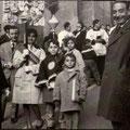 """1960, 8 marzo, Processione di San Giovanni di Dio(da sx, Francesco Figola,Mario Montillo e Antonietta Cervino, i piccoli Ferrarese e Vincenzo Fino, seguono """"mastro"""" Totonno Gallina e """"mastro"""" Leonardo Gallina(foto di O.cervino)"""