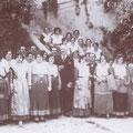 1932 Maggio - Azienda Favella. Don Giovanni De Riseis, duca di Bovino, posa per una foto ricordo con gli amici e le donne di servizio in costume albanese, in attesa dell'arrivo del Principe Umberto, futuro re d'Italia