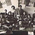 29/11/1955 Corso di ricamo e cucito della Borletti, diretto da Luisa Tosolini(milanese) nella bottega di Giorgio Barone in via Roma n.47(foto M.Salatino)