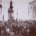 Anni '30 Foto ricordo davanti al Monumento dei Caduti in Piazza Vittorio Veneto (S.Francesco)