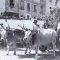 1938 Sagra dell'uva. Salgono i carri lungo Via Margherita per arrivare in Piazza del Popolo(all'acquanova)